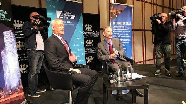 بنی گانتز حین مصاحبه با دیوید هورویتز  سردبیر تایمز اسرائیل، ۲ آوریل ۲۰۱۹. (Miriam Hershlag/Times of Israel)
