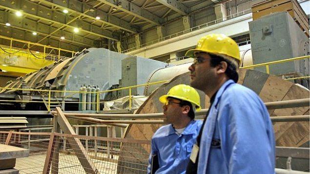 در این عکس که خبرگزاری شینهوای چین منتشر کرده، کارکنان تاسیسات انرژی هسته ای بوشهر، در نزدیکی بندر بوشهر در جنوب ایران،  در ساختمان توربین مشغول بکار هستند، ۲۵ فوریه ۲۰۰۹.  (AP Photo/Xinhua, Liang Youchang)