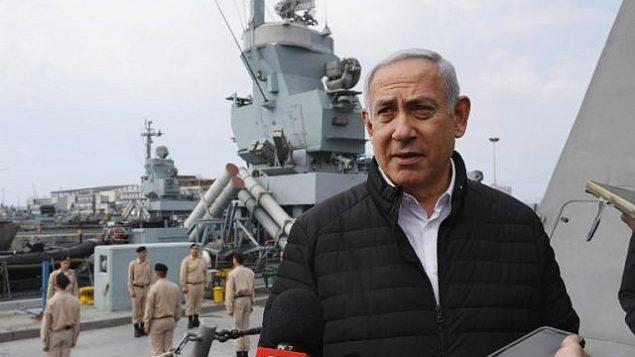 عکس تزئینی: بنیامین نتانیاهو نخست وزیر در گفتگو با روزنامه نگاران حین بازدیدی به منظور واررسی سامانه دفاع دریایی گنبد آهنین در بندر شمالی حیفا، ۱۲ فوریه ۲۰۱۹. (Jack Guez/Pool/AFP)