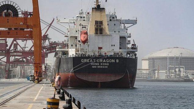 تصویر: یک کشتی باری که در بندر فجیره، خلیج امارات، لنگر انداخته است، ۱۳ می ۲۰۱۹.  (KARIM SAHIB / AFP)