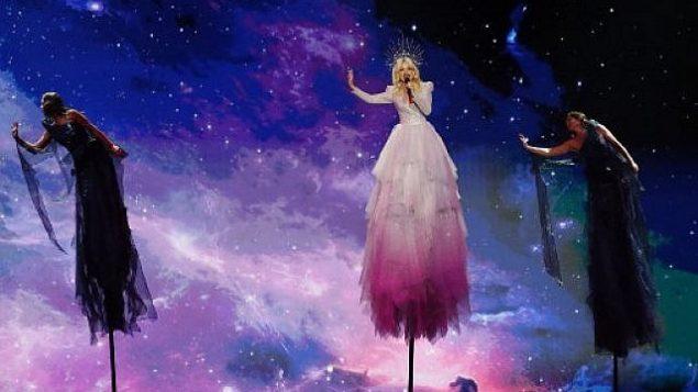 تصویر: کیت میلر-هیدکه از استرالیا در حال اجرای آواز جاذبه صفر در اولین دور نیمه نهایی شصت و چهارمین مسابقات آواز یورویژن ۲۰۱۹ در اکسپو، شهر ساحلی تل آویو، ۱۴ مه ۲۰۱۹.  (Jack GUEZ / AFP)
