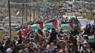 تصویر: در تظاهرات هفتادویکمین سالگرد روز «نکبت» د۱۹۴۸، تظاهرکنندگان فلسطینی در ۱۵ مه ۲۰۱۹ در شرق شهر غزه در نوار گرد می آیند. (Mahmud Hams/AFP)