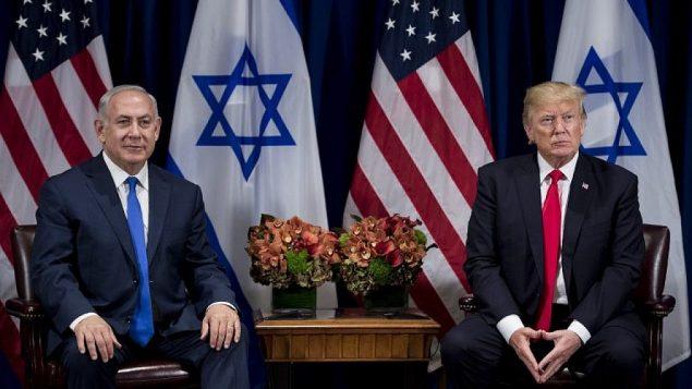 تصویر: در عکس، بنیامین نتانیاهو نخست وزیر، چپ، و دونالد ترامپ رئیس جمهور ایالات متحده، قبل از برگزاری مجمع عمومی سازمان ملل در ۱۸ سپتامبر ۲۰۱۷، پیشاپیش ملاقات خود در هتل پالاس شهر نیویورک دیده می شوند.  (AFP Photo/Brendan Smialowski)