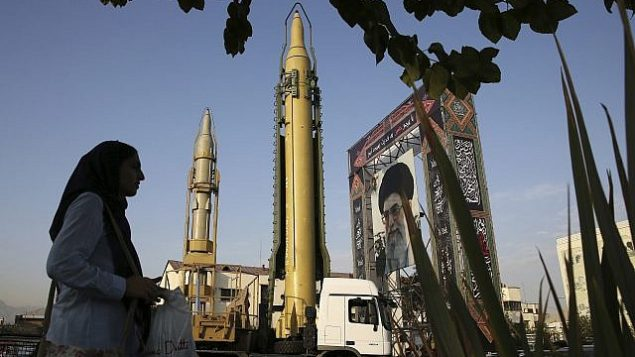 تصویر: در عکسی از ۲۴ سپتامبر ۲۰۱۷، سپاه پاسداران انقلاب اسلامی موشک های زمین به زمین و پوستری از آیت الله علی خامنه ای ولی فقیه را به نمایش گذاشته است. (AP Photo/Vahid Salemi)