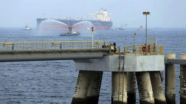 آرشیو – در عکسی از ۲۱ سپتامبر ۲۰۱۶، یک تانکر نفت حین راه اندازی تاسیسات تازه ۶۵۰ میلیون دلاری نفت در فجیره، امارات متحد عرب، به اسکله جدید نزدیک می شود. (AP Photo/Kamran Jebreili)