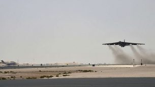 تصویر: در عکسی از یکشنبه ۱۲ مه ۲۰۱۹ که از سوی نیروی هوایی ایالات متحده منتشر شد، یک هواپیمای استراتوفورترس ب۵۲اچ نیروی هوایی از بیستمین گردان هوایی بمب افکن از پایگاه ال عودید قطر به هوا برمی خیزد. (Staff Sgt. Ashley Gardner, U.S. Air Force via AP)