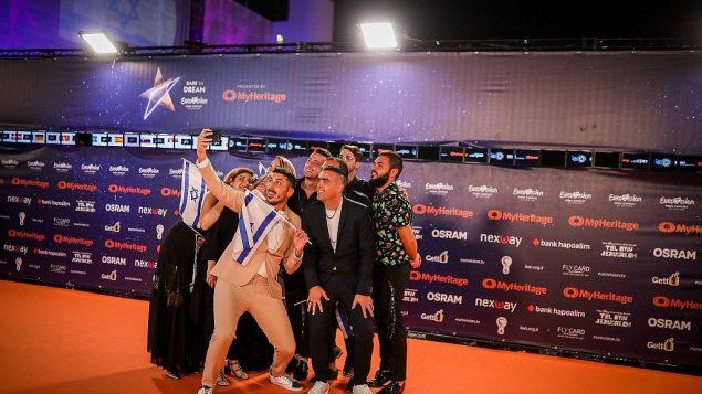 تصاویر: کوبی ماریمی از شرکت کنندگان مسابقه آواز یورویژن ۲۰۱۹ برای مراسم گشایش وارد می شود، میدان حابیما، تل آویو، ۱۲ مه ۲۰۱۹. (Hadas Parush/Flash90)
