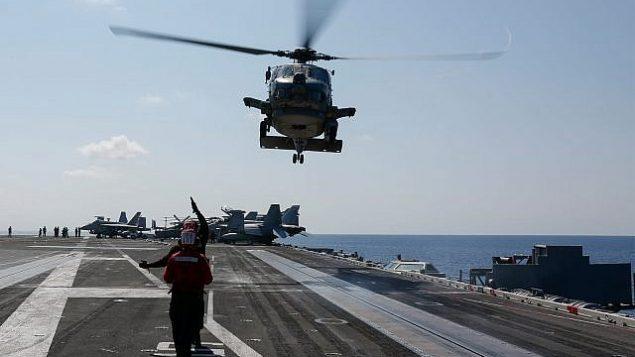 در عکسی که نیروی دریایی ایالات متحده منتشر کرده، یک هلیکوپتر شاهین دریا، ۲ می ۲۰۱۹، آماده فرود در عرشه پرواز ناو هواپیمابر آراهام لینکلن یو اس اس، در دریای آدریاتیک می شود. (US Navy/Michael Singley)