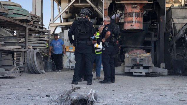 تصویر: خانه موشه آگادی، ۵۸ ساله، پس از اصابت ترکش راکتی که در ۵ مه ۲۰۱۹ از نوار غزه به شهر اشکلون در جنوب اسرائیل شلیک شد و به خانه او خورد. (Noam Rivkin Fenton/Flash90)