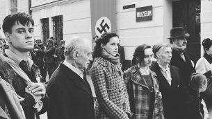 بازیگران نقش های داستان ایوا، فیلمی بر اساس داستانی در اینستاگرام، که زندگی واقعی ایوا هیمن ۱۳ ساله، یهودی مجارستانی که در اردوگاه مرگ نازی در ۱۹۴۴ کشته شد را بازگو می کند.  (Channel 12 screen shot)