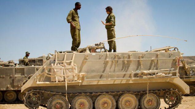 دو رزمنده و آموزشگر لشکر توپخانه در شیوتا، اسرائیل (Debbie Zimelman via JTA)