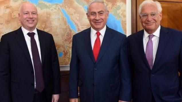 تصویر: از چپ به راست: جیسون گرینبلات سفیر دونالد ترامپ رئیس جمهور ایالات متحده در امور خاورمیانه، بنیامین نتانیاهو نخست وزیر اسرائیل، و دیوید فریدمن سفیر ایالات متحده در اسرائیل، در دفتر نخست وزیر در اورشلیم، ۱۲ ژوئیه ۲۰۱۷. (Haim Tzach/GPO/File)