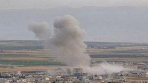 تصویر: در پی حمله نیروهای دولتی سوریه در ۱ ژوئن ۲۰۱۹ به خان شیخون ،شهری در نواحی جنوبی استان ادلب که در کنترل جهادیها است، دود به هوا برخاسته است. (Anas AL-dyab / AFP)