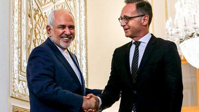 تصویر: محمدجواد ظریف، وزیر خارجه ایران، راست، و همتای آلمانی او «هایکو ماس» پیش از جلسه خود در تهران، ایران، ۱۰ ژوئن ۲۰۱۹، در مقابل خبرنگاران دست دادند. (Ebrahim Noroozi/AP)