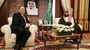 تصویر: مایک پمپئو وزیر خارجه ایالات متحده، نشسته زیر پرتره پادشاه عربستان سعودی، چپ، در بندر جده در دریای سرخ، با ولیعهد عربستان سعودی ملاقات میکند، ۲۴ ژوئن ۲۰۱۹. (Jacquelyn Martin / POOL / AFP)