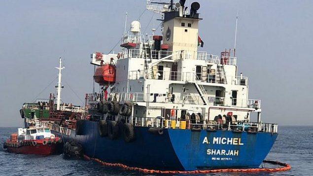 تصویر: نفتکش آ. مایکل، حامل پرچم امارات، ۱۳ مه ۲۰۱۹، یکی از چهار کشتی که در عملیاتی در آبهای امارات متحد عربی، که مقامات خلیج به آن تهاجم به منظور «خرابکاری» نام دادند، تخریب شد. (UAE National Media Council via AP)