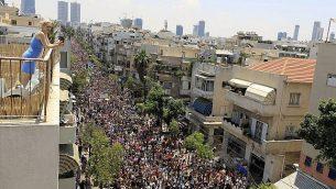 تصویر: مردم در رژه سالانه افتخار همجنسگرایان در تل آویو، جمعه، ۱۴ ژوئن ۲۰۱۹. (AP Photo/Tsafrir Abayov)