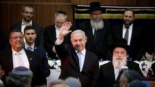 تصویر: بنیامین نتانیاهو نخست وزیر در مراسم جشن روز اورشلیم در یشیوای مرکاز ها-راو اورشلیم، ۲ ژوئن ۲۰۱۹، برای جمعیت دست تکان میدهد. در سمت راست او موشه یلون شهردار اورشلیم ایستاده است. (Aharon Krohn/Flash90)
