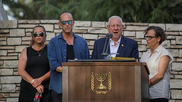 تصویر: روئبن ریولین رئیس جمهور، دومی از راست، به همراه فرزندان خود، در مراسم تدفین همسرش نخامه در آرامگاه ملی مونت هرزل اورشلیم، ۵ ژوئن ۲۰۱۹، آیه سوگ میخوانند. (Hadas Parush/Flash90)
