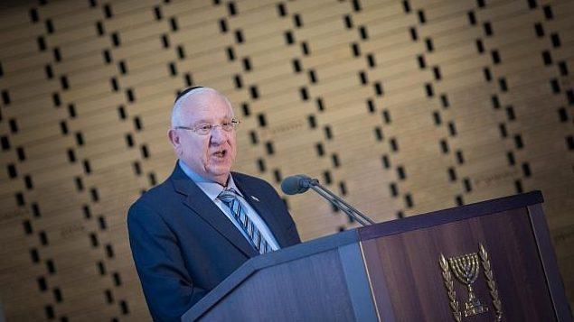 تصویر: «رئوبن ریولین»، رئیس جمهور، حین سخنرانی در مراسم یادبود سربازان به خاک افتاده اسرائیل در جنگ اول لبنان، در گورستان نظامی تپه هرتصل در اورشلیم، ۱۸ ژوئن ۲۰۱۹.  (Noam Revkin Fenton/Flash90)