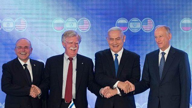 تصویر: «بنیامین نتانیاهو» نخست وزیر اسرائیل، «جان بولتون» مشاور امنیت ملی ایالات متحده، دومی از چپ، «نیکولای پتروشف»، وزیر شورای امنیت روسیه، راست، و «مئر بن-شبات» مشاور امنیت ملی اسرائیل، چپ، در مقابل دوربین در نشست سه جانبه، هتل اورینت اورشلیم، ۲۵ ژوئن ۲۰۱۹. (Noam Revkin Fenton\Flash90)