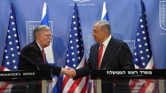 تصویر جان بولتون مشاور امنیت ملی ایالات متحده، چپ، در ملاقات با بنیامین نتانیاهو نخست وزیر در دفتر نخست وزیر در اورشلیم، ۲۳ ژوئن ۲۰۱۹. (Haim Zach/GPO)