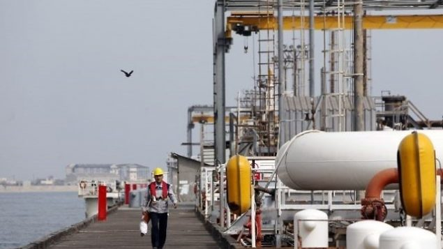 تصویر: عکسی از ۱۲ مارس ۲۰۱۷ ، کارگر ایرانی را بر اسکله تاسیسات نفتی در «جزیره خارک»، ساحل خلیج، نشان میدهد. (AFP/Atta Kenar)