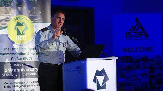 تصویر: سرلشگر تامیر هیمن، فرمانده اطلاعات ارتش نیروی دفاعی اسرائیل، حین سخنرانی در کنفرانسی در تل آویو، ۵ ژوئن ۲۰۱۹. (Yissachar Ruas)