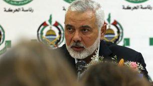 تصویر: «اسماعیل هنیه»، رهبر حماس حین گفتگو با خبرنگاران خارجی شهر غزه در ۲۰ ژوئن ۲۰۱۹.  (Mohammed Abed/AFP)