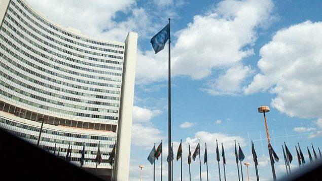 تصویر: پرچم آژانس بین المللی انرژی اتمی سازمان ملل بر فراز مقر آن در وین در اهتزار است، ۱۰ ژوئیه ۲۰۱۹.  (ALEX HALADA / AFP)