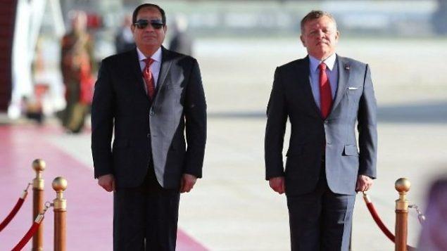 تصویر: شاه عبدالله دوم، پادشاه اردن، راست، و عبدالفتاح السیسی رئیس جمهور مصر، در حالیکه به سرود ملی کشورهای خود در مراسم استقبال از السیسی در فرودگاه بین المللی ملکه عالیه عمان گوش فراداده اند، ۲۸ مارس ۲۰۱۷، شب پیش از نشست اتحادیه عرب. (AFP/Khalil Mazraawi)