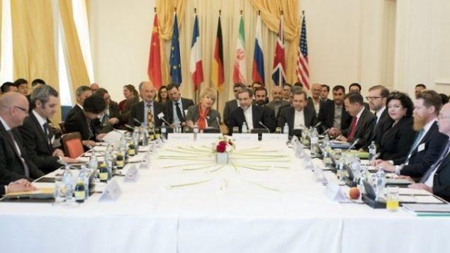 تصویر تزئینی: دیپلماتهای ایران و مقامات پنج+۱ برای مذاکره پیرامون قرارداد هسته ای در ۲۵ آوریل ۲۰۱۷ در وین ملاقات کردند. (AFP/Joe Klamar)