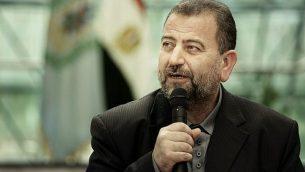 تصویر: صالح العاروری، معاون شاخه سیاسی حماس پس از امضای قرارداد مصالحه با اعظم الاحمد، مقام ارشد فتاح، در مراسم کوتاهی در مجتمع اطلاعات مصر در قاهره، ۱۲ اکتبر ۲۰۱۷. (AP/Nariman El-Mofty)