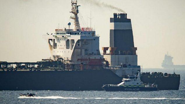 تصویر: نفتکش عظیم «گریس۱»، در قلمرو بریتانیا در جبل الطارق، ۴ ژوئیه ۲۰۱۹. (AP Photo/Marcos Moreno)