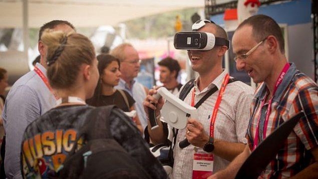 تصویر: شرکت در کنفرانس دیجیتال د.ال.د تل آویو، بزرگترین گردهمایی فناوری پیشرفته بین المللی اسرائیل، با شرکت صدها کمپانی نوپا، سرمایه گذاران فرشته، چندملیتی ها، در مجتمع ایستگاه قدیمی قطار در تل آویو، ۸ سپتامبر ۲۰۱۵.  (Miriam Alster/FLASH90)