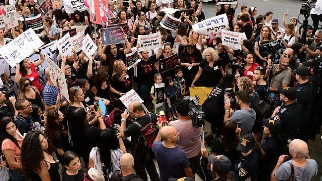 تظاهرات پدرومادرها علیه آزار کودکان در مراکز پیش-دبستانی و مهد کودک در تل آویو، ۷ ژوئیه ۲۰۱۹. (Tomer Neuberg/Flash90)