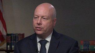 عکس ویدئو از مصاحبه سفیر صلح خاورمیانه ایالات متحده، جیسون گرینبلات با «ساعت خبر» پی.بی.اس، انتشار ۱۷ ژوئیه ۲۰۱۹. (PBS)