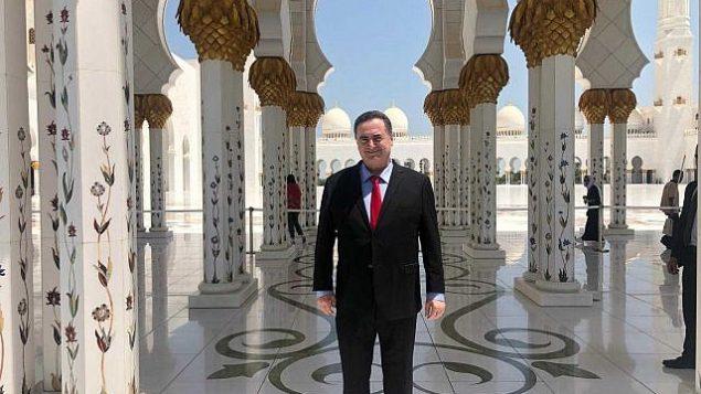 تصویر: اسرائل کاتص وزیر خارجه اسرائیل در مسجد اعظم شیخ زاید در ابوظبی، پایتخت امارات متحد عربی، در کنفرانس آب و هوایی سازمان ملل، در این شهر، اواخر ژوئن ۲۰۱۹. (Courtesy Katz's office)