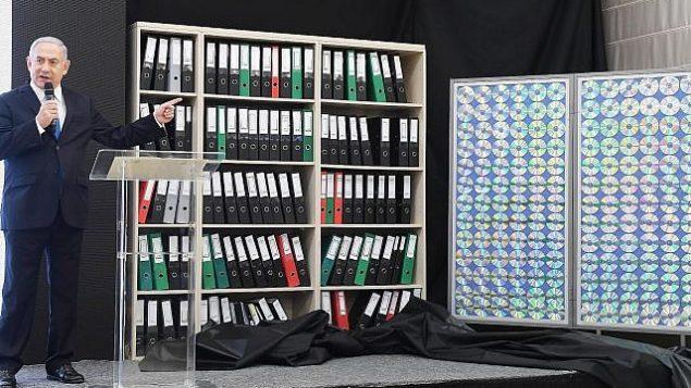 تصویر: بنیامین نتانیاهو نخست وزیر، در تل آویو، ۳۰ آوریل ۲۰۱۸، اسنادی که به گفته وی از سوی سازمان اطلاعات و عملیات ویژه اسرائیل از آرشیو تسلیحات هسته ای ایران به دست آمده را به نمایش گذاشته است. (Amos Ben-Gershom (GPO))
