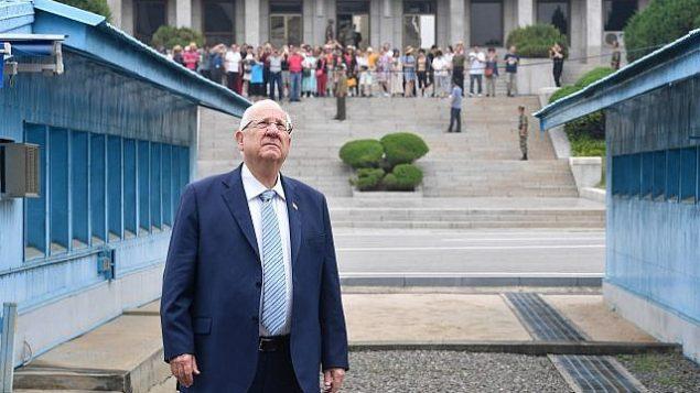 تصویر: رئوبن ریولین رئیس جمهور حین بازدید از منطقه غیرنظامی میان کشورهای کره جنوبی و شمالی، ۱۷ ژوئیه ۲۰۱۹. (Kobi Gideon/GPO)