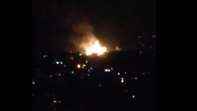 تصویر: انفجار در نزدیکی دشمق، ۱ ژوئیه ۲۰۱۹. سوریه گفت جتهای اسرائیلی هدفهایی در دمشق و حمص را زدند.  (Screencapture/Twitter)