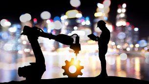 تصویر تزئینی از فناوری دستیار روبات، صنایع ۴.۰ هوش مصنوعی.  (Jiraroj Praditcharoenkul; iStock by Getty Images)