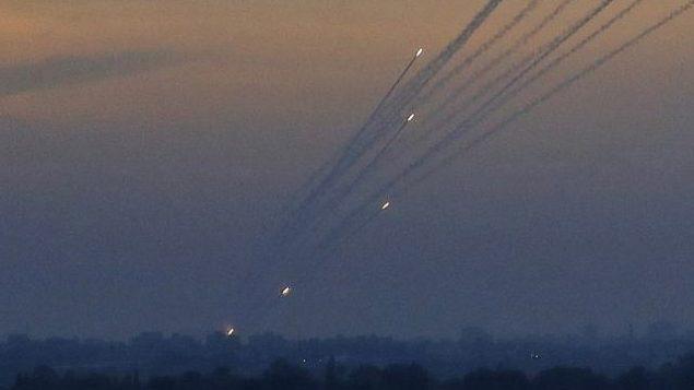تزیینی- تروریستهای فلسطینی در نوار غزه،  راکت به جنوب اسرائیل پرتاب می کنند