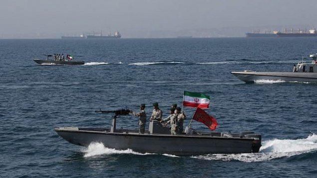 تصویر: در عکسی از ۲۱ ژوئیه ۲۰۱۹، یک قایق موتوری سپاه پاسداران انقلاب، نفتکش «استنا ایمپرو» با پرچم بریتانیا که روز جمعه توسط سپاه در تنگه هرمز توقیف شد و در بندر عباس لنگر انداخته را دور میزند.  (Morteza Akhoondi/Mehr News Agency via AP)