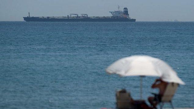 تصویر: عکس بالا نفتکش عظیم «گریس ۱» را پس از توقیف در آبهای جبل الطارق نشان میدهد که ظن میرود نفت خام ایران را در نقض تحریمهای اتحادیه اروپا  به سوریه حمل میکرد، ۴ ژوئیه ۲۰۱۹. (Jorge Guerrero/AFP)