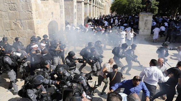 تصویر: نیروهای امنیتی اسرائیل در زدوخورد با زائران مسلمان در مجتمع تپه معبد مقدس شهر قدیم اورشلیم، ۱۱ اوت ۲۰۱۹. (Ahmad Gharabli/AFP)