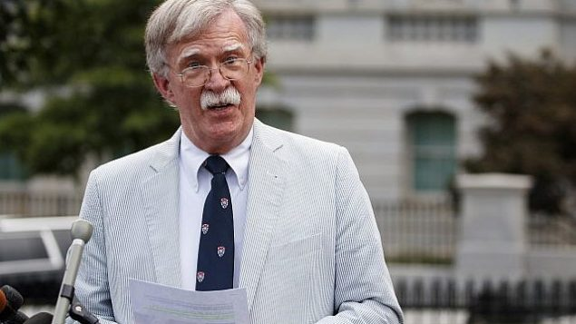 تصویر: «جان بولتون»، مشاور امنیت ملی ایالات متحده حین گفتگو با رسانه ها در کاخ سفید واشنگتن، ۳۱ ژوئیه ۲۰۱۹. (AP Photo/Carolyn Kaster)