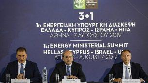 تصویر: «کوستاس هتزداکیس» وزیر محیط زیست و انرژی یونان، وسط، «فرانسیس فانون» معاون اول وزیر انرژی ایالات متحده، راست، و «جورجیوس لاکوتریپس» وزیر انرژی قبرس، در نشستی در آتن، چهارشنبه، ۷ اوت ۲۰۱۹.  (AP Photo/Petros Giannakouris)