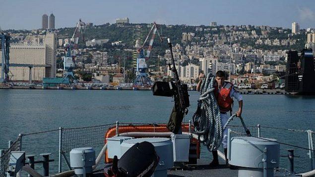 تصویر تزیینی: یکی از خدمه قایق گشت «دوارا» کشتی را در بندر حیفا آماده میسازد، ۱۹ آوریل ۲۰۱۸.  (Judah Ari Gross/Times of Israel)