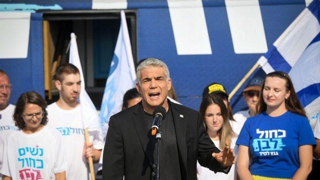 تصویر: «یائیر لاپید» و حامیان حزب «آبی و سفید» کنار اتوبوس حزب در جلیلوت، ۲۱ ژوئیه ۲۰۱۹.  (Flash90)